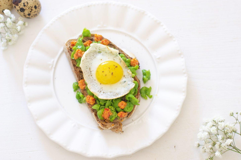 Crostino con piselli e uovo di quaglia